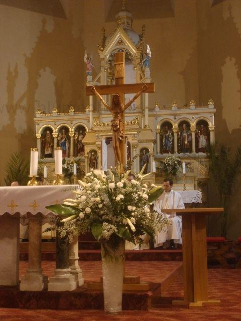 Oltár na začiatku omše